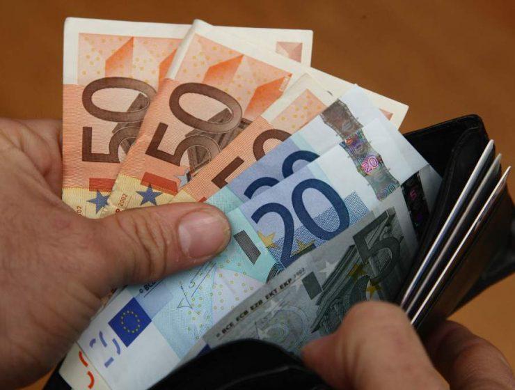 Milano, studenti ritrovano portafogli pieno di soldi e lo restituiscono al proprietario