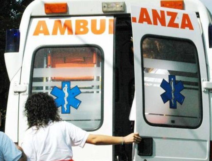 Incidente tra un autobus e una macchina, tre feriti