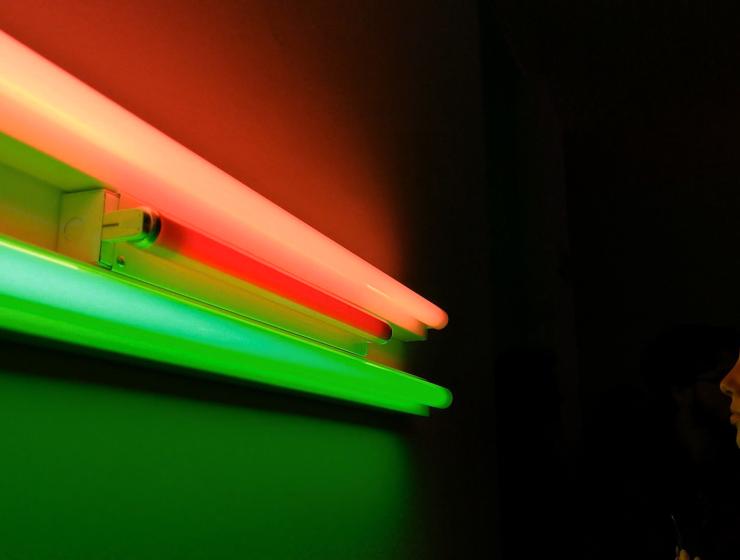 Luce e spazio, i giovani raccontano Dan Flavin - MasterX