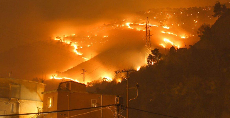 Genova, incendio sulle colline di Cogoleto: case evacuate e scuole chiuse - MasterX