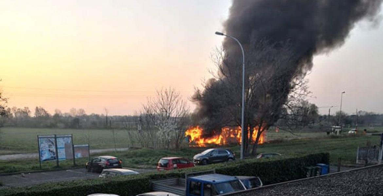 Sedriano, autobus di linea viene avvolto e distrutto dalle fiamme - MasterX