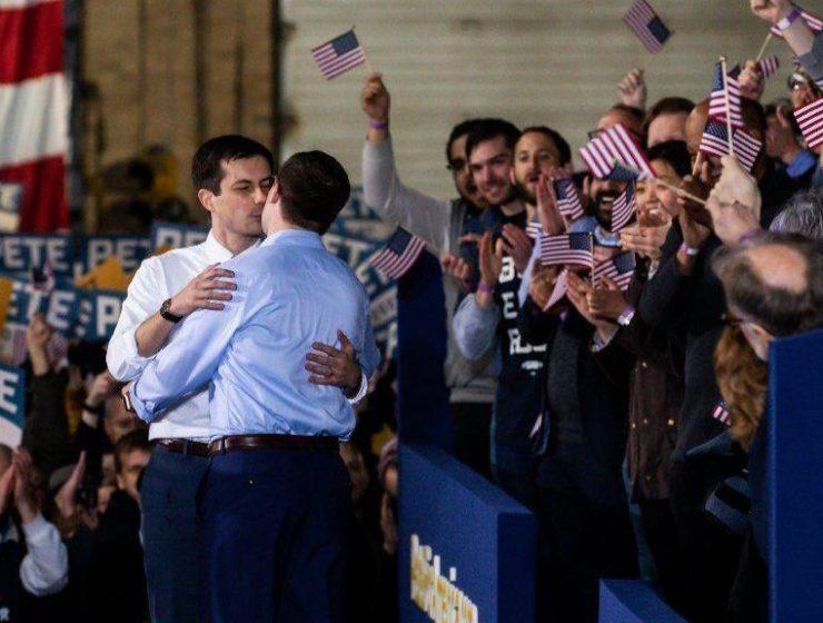 Usa, il candidato Buttigieg bacia il marito in diretta