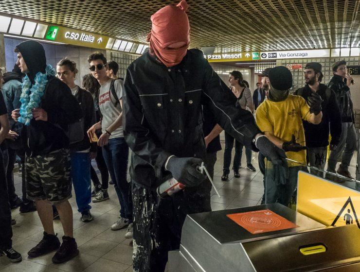 Caro biglietti, vandali in metro. Danni fino a 70mila €