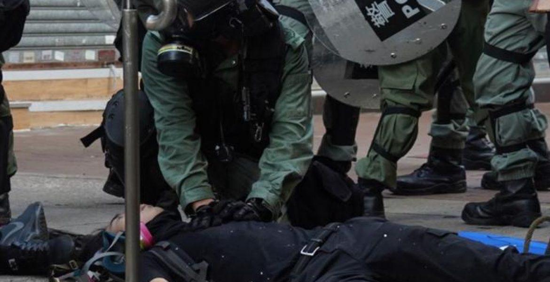 Hong Kong, poliziotto spara: un manifestante è grave.