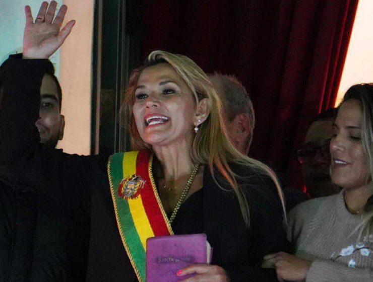 Bolivia, Jeanine Áñez si autoproclama presidente del Paese