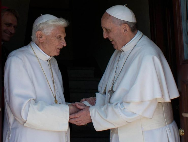 "Celibato, Ratzinger ""corregge"" Bergoglio"