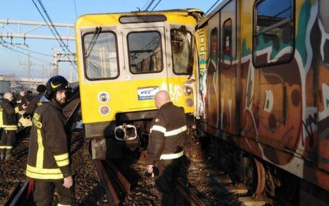 Napoli, incidente tra tre treni della metropolitana: grave un macchinista